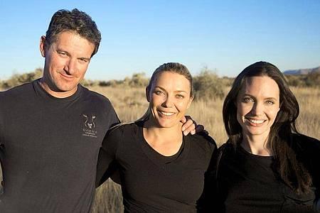 Der Naturschützer Rudie van Vuuren (l), seine Frau Marlice van Vuuren (M) und die US-Schauspielerin Angelina Jolie beim Besuch im Na`ankuse-Wildschutzgebiet. Foto: Naankuse Wildlife Sanctuary/dpa