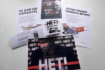 Weil Straßenproteste wegen des Coronavirus verboten sind, stellen Kremlgegner Plakate und Flugblätter im Internet zum Ausdrucken bereit. Foto: Ulf Mauder/dpa