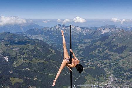 Die italienisch-schweizerische Stangenakrobatin Sheila Nicolodi auf einem Berggipfel in 3000Metern Höhe. Foto: Laurent Gillieron/KEYSTONE/dpa