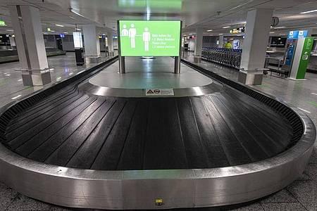 Mai 2020: Ein leeres Gepäckband in einem Flughafen. Foto: Boris Roessler/dpa