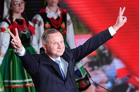 Andrzej Duda feiert sich trotz der anstehenden Stichwahl auf einer Wahlparty. Foto: Radek Pietruszka/PAP/dpa