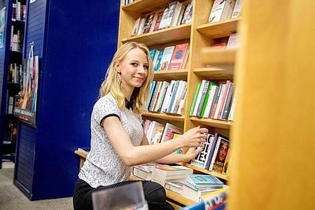 Damit sich ein Buchladen rechnet, müssen angehende Buchhändlerinnen wie Sophie Schmale auch das kaufmännische Denken verinnerlichen. Foto: Zacharie Scheurer/dpa-tmn
