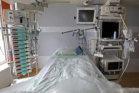 Intensivbett im Rostocker Universitätsklinikum. Foto: Bernd Wüstneck/dpa-Zentralbild/dpa