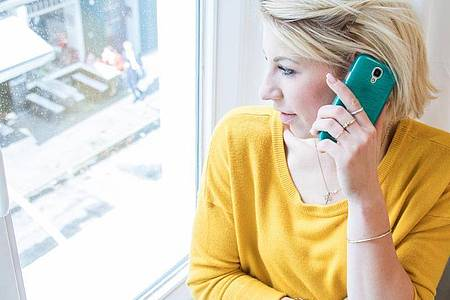 Besser Vereinbarungen schriftlich geben lassen: Geht es um den Handyvertrag, sind vorschnelle Zusagen am Telefon fehl am Platz. Foto: Christin Klose/dpa-tmn