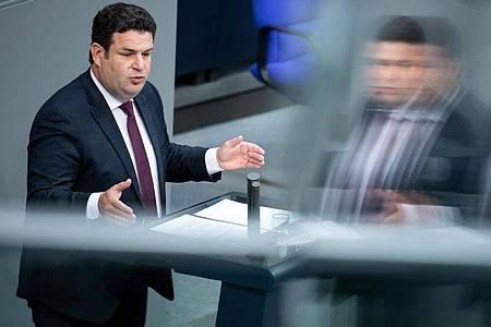 Hubertus Heil (SPD), Bundesminister für Arbeit und Soziales, spricht in der Plenarsitzung im Deutschen Bundestag. Foto: Bernd von Jutrczenka/dpa
