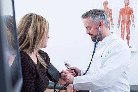 Der Blutdruck ist elementar wichtig für die Gesundheit - zu hoch darf er nicht sein. Zu niedrig übrigens auch nicht. Foto: Christin Klose/dpa-tmn
