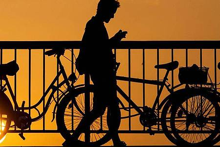 Wie viele Menschen bewegen sich wo? Handydaten sollen dabei helfen, die Maßnahmen gegen die Ausbreitung des Coronavirus bewerten zu können. Foto: Gregor Fischer/dpa/dpa-tmn