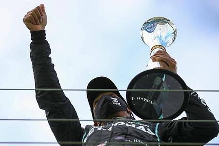 Lewis Hamilton kann beim Großen Preis von Portugal den Rekord für die meisten Grand-Prix-Siege knacken. Foto: Bryn Lennon/Pool Getty/AP/dpa