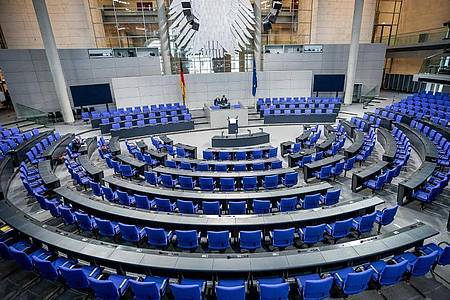 Das Grundgesetz sieht einen «Gemeinsamen Ausschuss» von Bundestag und Bundesrat als Notparlament vor, wenn das Parlament nicht rechtzeitig zusammentreten kann. Im Verteidigungsfall - und bald auch wegen Coronavirus-Ausfällen?. Foto: Michael Kappeler/dpa