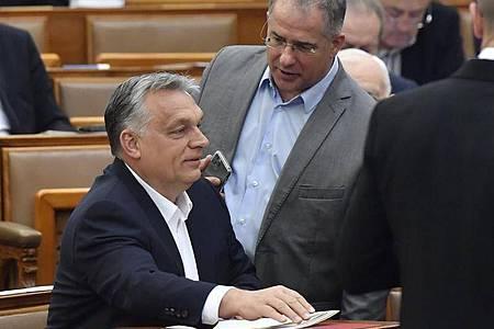 Viktor Orban (l), Ministerpräsident von Ungarn, spricht mit Lajos Kosa, Abgeordneten der Regierungspartei Fidesz. Foto: Zoltan Mathe/MTI/dpa