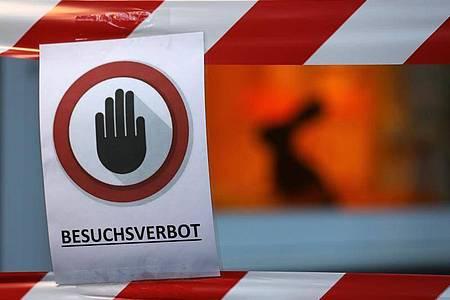 Ein Schild mit der Aufschrift «Besuchsverbot» vor einem Seniorenheim. Foto: Oliver Berg/dpa