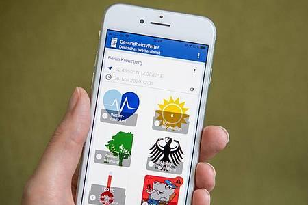 Die «Gesundheitswetter»-App des DWD informiert über Hitzewarnungen, die UV-Strahlung und den Pollenflug am Standort des Nutzers. Foto: Catherine Waibel/dpa-tmn
