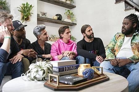 Bobby Berk (l-r), Karamo Brown, Tan Frances, Antoni Porowski, Jonathan Van Ness und Tyreek Wanamaker in der Folge 504 von «Queer Eye». Foto: Ryan Collerd/Netflix/dpa