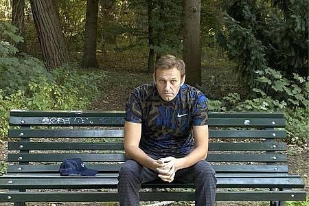 Dieses Foto, das der russische Oppositionsführer am Mittwoch, 23. September 2020 auf seinem Instagram-Account veröffentlicht hat, zeigt Alexej Nawalny auf einer Parkbank sitzend. Foto: Uncredited/navalny/Instagram/dpa