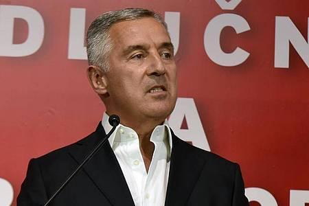 Milo Djukanovic, Präsident von Montenegro, spricht in der Parteizentrale. Foto: Risto Bozovic/AP/dpa