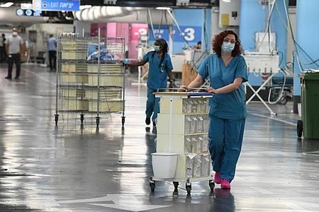 Medizinisches Personal bereitet sich auf die Eröffnung einer neuen Covid-19-Station in Haifa vor. Foto: JINI/XinHua/dpa