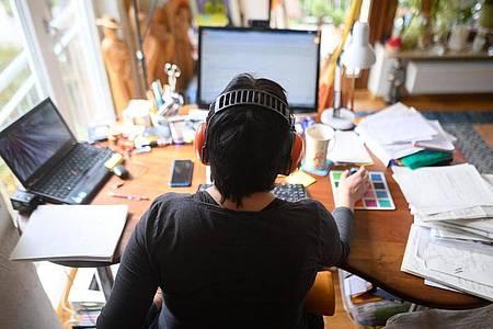 Jeder dritte Beschäftigte arbeitet laut einer Umfrage wegen der Corona-Krise inzwischen im Homeoffice. Foto: Sebastian Gollnow/dpa