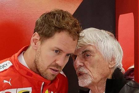 Bernie Ecclestone (r) würde Mercedes zu einer Verpflichtung von Sebastian Vettel raten. Foto: Silvia Izquierdo/AP/dpa
