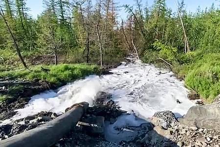 Ein Rohr leitet Flüssigabfälle des Nickelproduzenten Nornickel in einen Fluss. Foto: Elena Kostyuchenko/Elena Kostyuchenko, Novaya Gazeta/AP/dpa