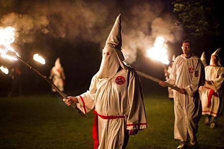 Mitglieder des rassistischen Ku-Klux-Klan. Foto: Jim Lo Scalzo/EPA/dpa/Archiv