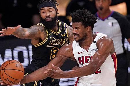 Markieff Morris (l) von den Los Angeles Lakers verteidigt gegen Miamis Jimmy Butler. Foto: Mark J. Terrill/AP/dpa