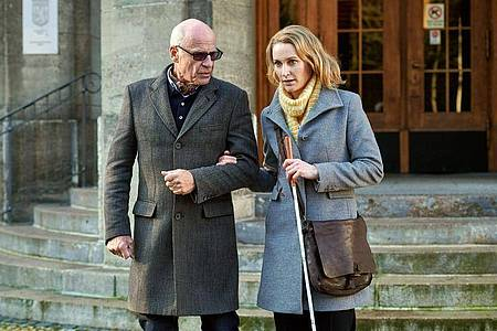Die blinde Anwältin Romy Heiland (Christina Athenstädt) wird von ihrem Vater (Rüdiger Kuhlbrodt) in einem Fall unterstützt. Foto: ARD/Reiner Bajo/dpa