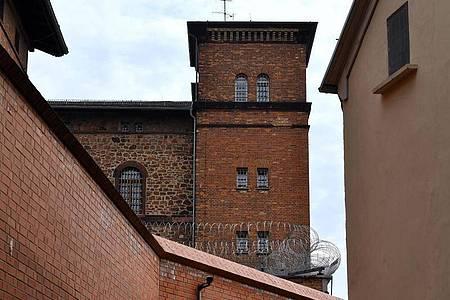 Die JVAin Halle. Stephan B. hatte hier während eines Hofgangs einen Fluchtversuch unternommen. Foto: Hendrik Schmidt/dpa-Zentralbild/dpa