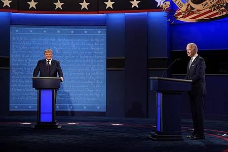 Donald Trump (L) und sein Herausforderer Joe Biden Ende September während der ersten Präsidentschaftsdebatte. Foto: Julio Cortez/AP/dpa