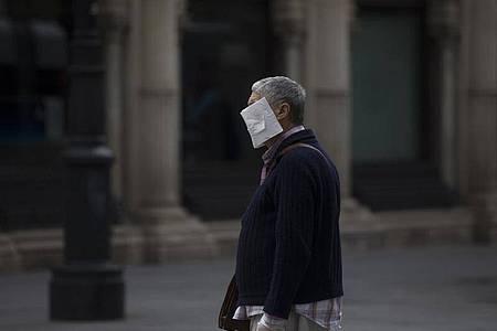 Ein Mann mit einer selbstgemachten Schutzmaske im Zentrum von Sevilla. Foto: María José López/Europa Press/dpa