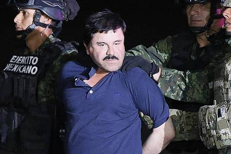 Der Drogenboss Joaquín «El Chapo» Guzmán wird 2016 von mexikanischen Soldaten zu einem Hochsicherheitsgefängnis gebracht. Foto: Jose Mendez/EFE/dpa