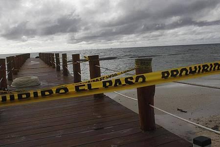 Abgesperrter Steg: «Delta» verstärkte sich schnell zu einem Hurrikan der Kategorie zwei. Foto: Tomas Stargardter/AP/dpa