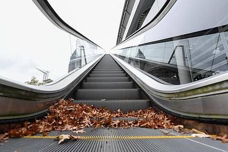 Die Rolltreppe an der Messehalle 3 steht still. Gedränge gibt es auf der Frankfurter Buchmesse dieses Jahr nicht. Foto: Arne Dedert/dpa