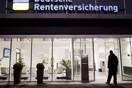 Ein Mann betritt eine Beratungsstelle der Deutschen Rentenversicherung. Foto: Julian Stratenschulte/dpa