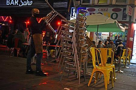 Am letzten Abend vor dem Teil-Lockdown: In den nächsten Wochen bleiben Bars undRestaurants geschlossen. Foto: Kirsty O`connor/PA Wire/dpa