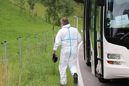 Bei Obergünzburg verlässt ein Mitarbeiter der Spurensicherung den Linienbus. Foto: Benjamin Liss/dpa