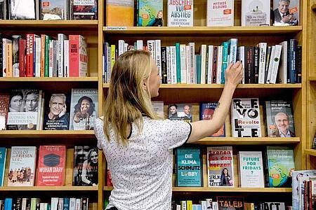 Wenn Kunden auf der Suche nach Inspiration sind, ist Sophie Schmale zur Stelle. Sie ist angehende Buchhändlerin in Berlin. Foto: Zacharie Scheurer/dpa-tmn