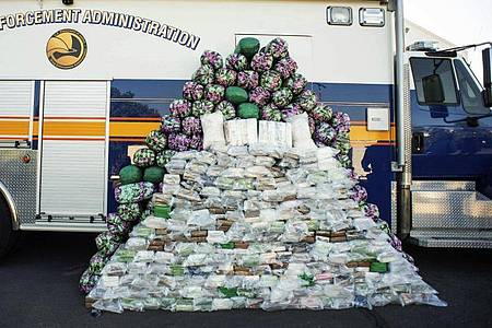 Die beschlagnahmten Drogen - rund 998 Kilogramm Meth auch etwa 408 Kilogramm Kokain und knapp sechs Kilogramm Heroin. Foto: Sarah Reingewirtz/The Orange County Register/AP/dpa