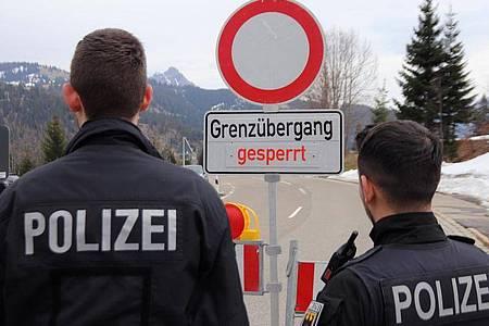 Der Grenzübergang an der Bundesstraße 308 von Oberjoch in Richtung Schattwald (Österreich) ist nun auch für Fußgänger gesperrt. Foto: Benjamin Liss/dpa