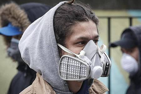 Ein Mann mit einer Atemschutzmaske auf dem Covid-19-Testgelände im Elmhurst Hospital Center New York. Foto: John Minchillo/AP/dpa