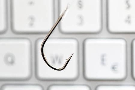 Virtuelles Angeln nach Passwörtern - nichts anderes ist Phishing. Foto: Andrea Warnecke/dpa-tmn