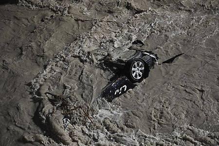 Ein Auto wurde vom Hochwasser des Fluss Roya in Frankreich mitgerissen. Foto: Daniel Cole/AP/dpa