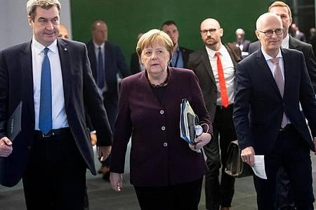 Bundeskanzlerin Angela Merkel (CDU, Mitte) berät in einer Telefonkonferenz mit den Ministerpräsidenten der Länder über den Kampf gegen die Coronavirus-Krise. Foto: Bernd von Jutrczenka/dpa
