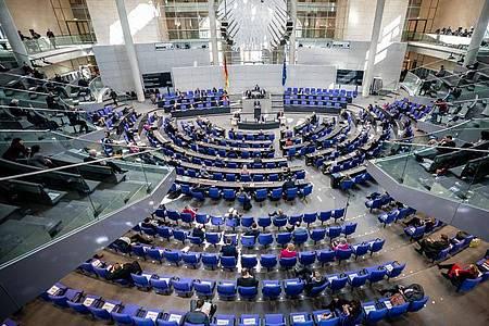 Eine Bundestagsdebatte mit Sicherheitsabstand zwischen denAbgeordneten. Foto: Michael Kappeler/dpa