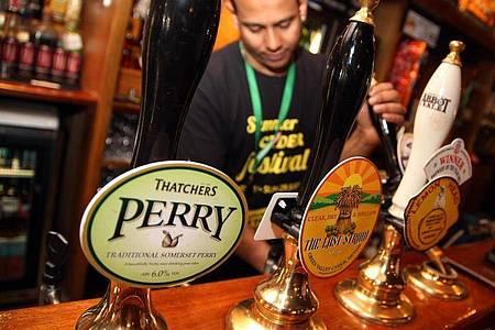 In einem Pub in London wird Bier ausgeschenkt. Foto: Friso Gentsch/dpa