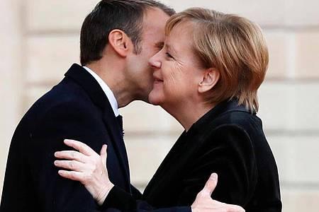 Geht nicht mehr: Präsident Emmanuel Macron begrüßte Bundeskanzlerin Angela Merkel im Elyseepalast 2018 mit Wangenküsschen. Foto: Thibault Camus/AP/dpa