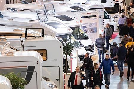 Wohnmobile stehen auf der Reisemesse CMT in Stuttgart (Symbolbild). Foto: Tom Weller/dpa