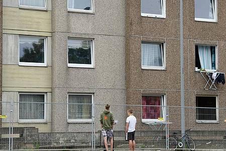 An diesem Wohnhaus in Göttingen ist die Quarantäne planmäßig zu Ende gegangen. Foto: Swen Pförtner/dpa