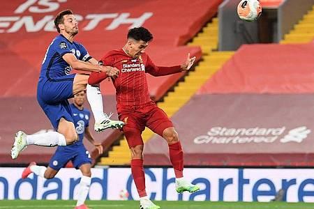 Liverpools Roberto Firmino (r) erzielt das Tor zum 4:1 gegen den FC Chelsea. Foto: Laurence Griffiths/Pool Getty/dpa