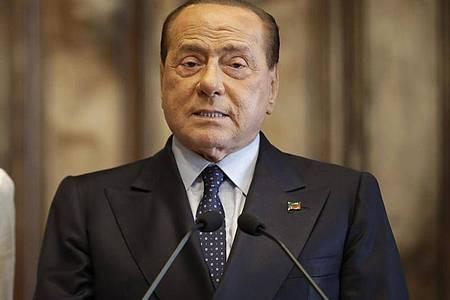 Silvio Berlusconi ist positiv auf das Coronavirus getestet worden. Foto: Alessandra Tarantino/AP/dpa