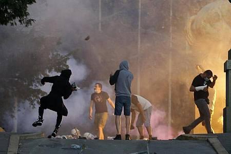 Demonstranten in Belgrad stoßen bei Protesten mit Polizisten zusammen. Foto: Darko Vojinovic/AP/dpa